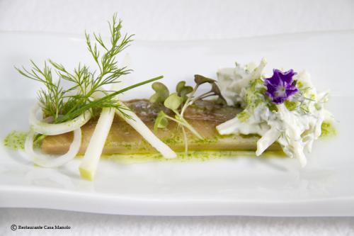 Foto nº1 de Arenque ahumado con ensalada de queso fresco, cebolla tierna y manzana
